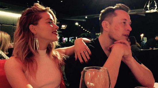 今年4月马斯克与女友艾梅柏-希尔德在澳洲一家酒吧的合照