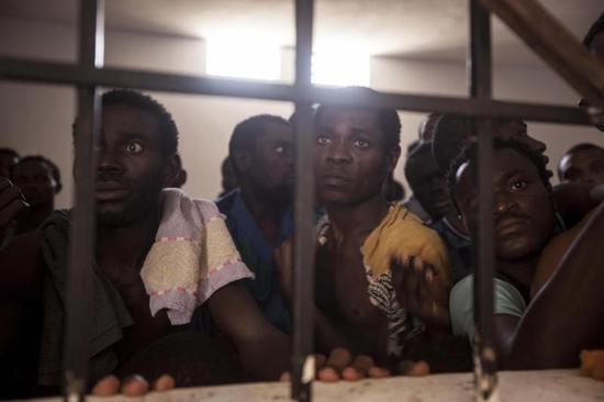 """利比亚""""奴隶拍卖""""市场:5300元就能买到两奴隶"""