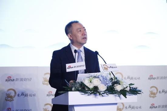 图为保监会副主席黄洪