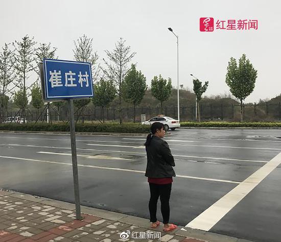 住在刘某华家对门的张洪(化名)从小看着刘某华长大,他告诉红星新闻,刘某华小名刘飞。