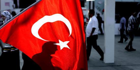 新浪美股讯 北京时间15日彭博称,土耳其里拉在周二反弹超过8%之后恢复跌势,因为中央银行宣布的措施证明不足以阻止里拉的杀盘。