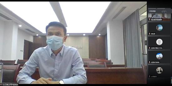 宝武集团鄂城钢铁有限公司副总裁艾兵接受光明日报记者采访