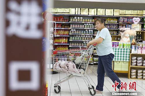 資料圖爲某超市,一女子正在挑選商品。中新社記者 張雲 攝