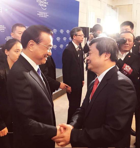 夏季达沃斯期间,李克强总理与广药集团董事长李楚源交谈