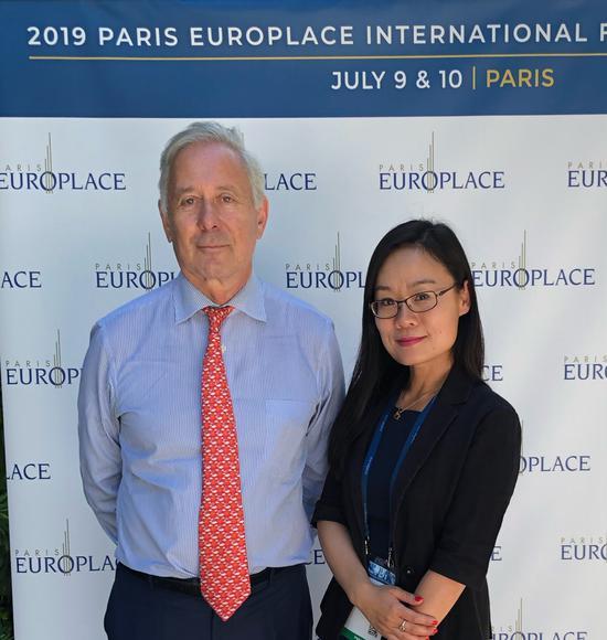 巴黎欧洲金融市场协会CEO阿诺-德-布瑞松(Arnaud de BRESSON)(左)与新浪财经欧洲站站长郝倩,图片来源:新浪财经