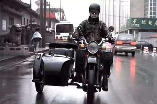 图8-3 电影《大腕》里的三轮摩托车