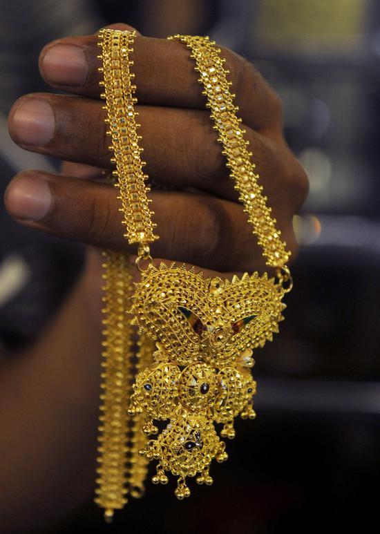 黄金期货价格周一收高0.8% 美元走软提振金价
