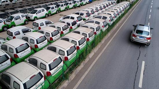 武汉高架桥下停放的电动车