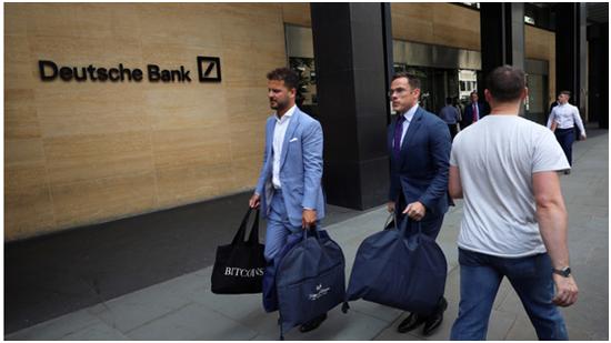 """两名裁缝拿着西装包走出德银大楼,被误认作""""下岗员工"""""""