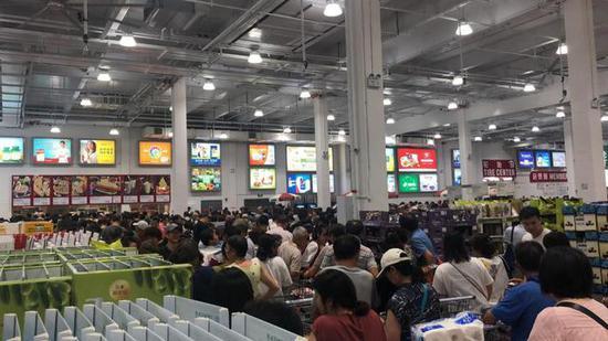 Costco开业首日人头攒动 摄影/吴琼
