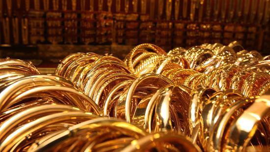 周四黄金期货收高1.1% 白银大涨6.7%