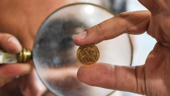 周三黄金期货收跌1.7%白银跌4.4% 美元走强施压