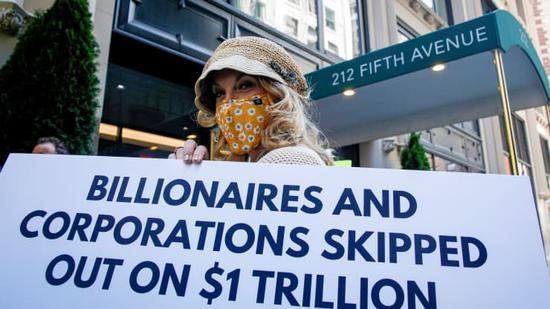 """""""爱国百万富翁""""的成员在贝佐斯纽约公寓外举行抗议活动,要求他缴纳应缴的税款"""