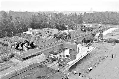 郑许市域铁路全线首孔箱梁成功架设 全线共设26座车站