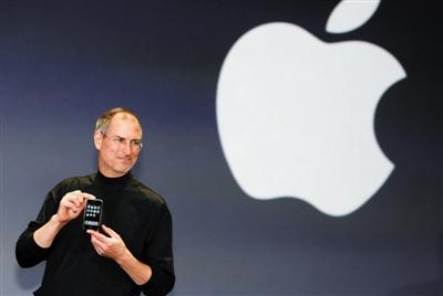 2007年1月9日,美国加利福尼亚州旧金山,苹果公司CEO史蒂夫·乔布斯发布iPhone手机。图/视觉中国