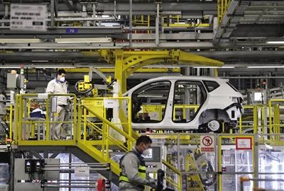 2月19日,一汽大众成都分公司工人在总装车间内作业。近日,整车年产量超100万辆的成都经开区(龙泉驿区),正有序组织11家整车企业和300多家零部件配套企业复工复产。记者 刘坤 摄