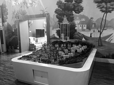 """""""竹溪引胜""""景点的茶室变为某开发项目的会所,里面摆放着项目沙盘。"""