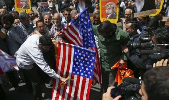 ▲2018年5月11日,伊朗首都德黑兰的民众,抗议特朗普退出伊朗核能协议,焚烧美国国旗。