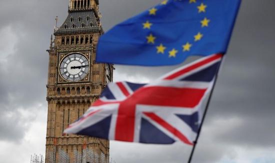 资料图片:2017年9月,英国伦敦议会广场,反退欧集会人士在伊丽莎白塔附近打出的欧盟和英国旗帜。REUTERS/Tolga Akmen