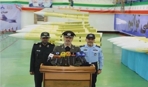 23日,伊朗國防部長哈塔米(中)在德黑蘭出席一條新空對空導彈生產線啟用儀式。(伊朗邁赫爾通訊社)