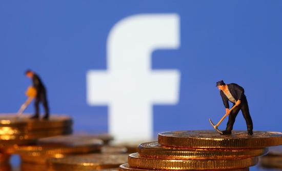 2019年6月21日,Facebook企業標識,前面擺放着虛擬貨幣代幣以及礦工玩偶