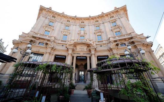 这家星巴克臻选咖啡烘焙工坊建在米兰一座百年历史的宫殿里