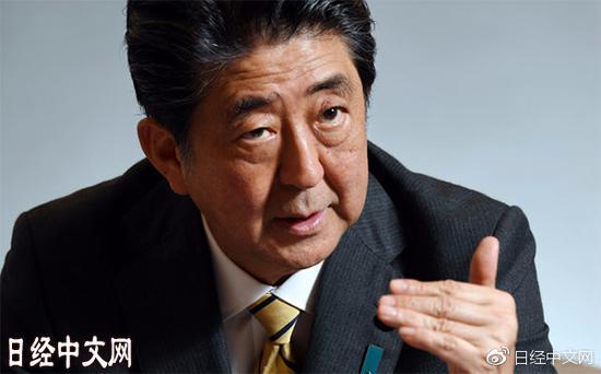 接受采访的日本首相 安倍晋三(3日,日本首相官邸)