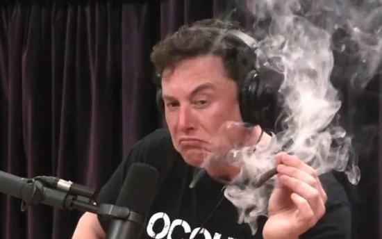 马斯克在一次直播中抽大麻