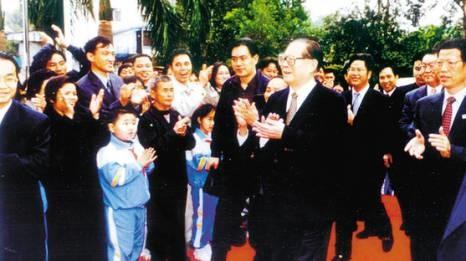 2000年2月22日,时任总书记、国家主席江泽民同志视察南岭村。