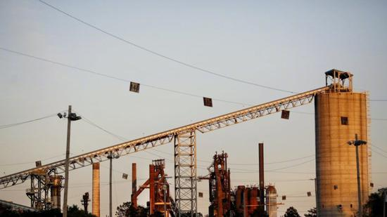U.S. Steel位于伊利诺伊州的工厂的高炉出于闲置状态。图片来源:LUKE SHARRETT/BLOOMBERG NEWS
