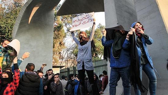 2017年12月30日,伊朗德黑兰,民众抗议生活成本高等经济问题。图片来源:视觉中国