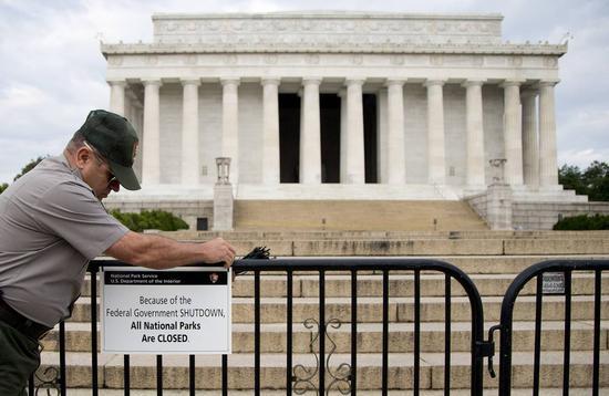 2013年美国政府停摆导致许多国家公园服务被关闭。