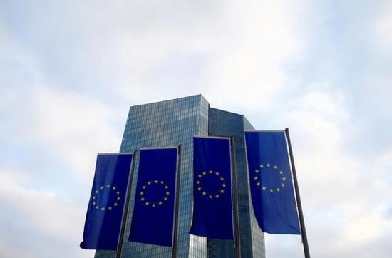 资料图片:2015年12月,德国法兰克福,欧洲央行总部外的欧盟旗帜。REUTERS/Ralph Orlowski