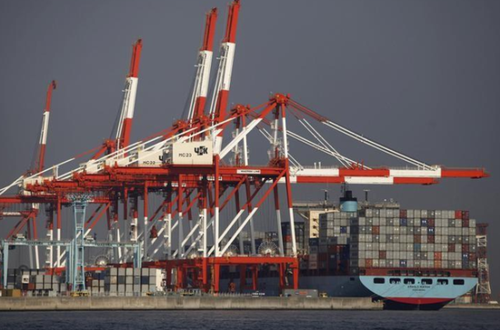 资料图片:2012年10月,日本横滨湾集装箱码头的吊机和货轮