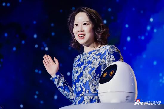 颁奖典礼上展示科大讯飞的人工智能机器人