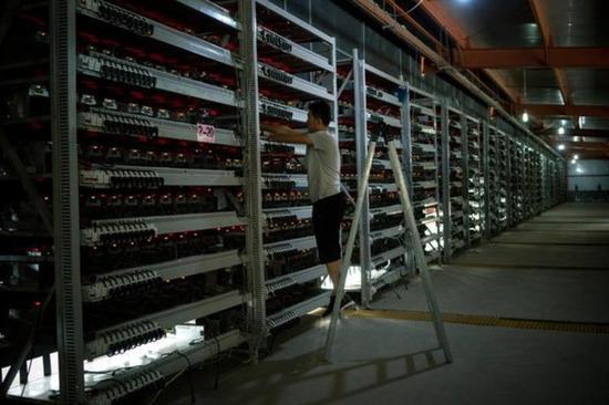 新浪财经讯,1月5日晚间,微博大V曹山石爆料称,深圳互联网金融风险专项整治工作领导小组办公室发布文件,要求各地组织企业有序退出电子货币挖矿行为。   所谓的电子货币挖矿并非是真的挖矿,而是利用电子计算机在提供电子货币流通的过程中,赚取到一定的系统红利。在电子货币最初发展的阶段,利用个人电脑即可挖矿。然而,CPU挖矿的时代早已过去,现在的比特币挖矿是ASIC挖矿和大规模集群挖矿的时代。   以比特币为例,正因为所谓的电子挖矿是根据算力分配新生成的比特币,因此导致矿场规模越大,能分到的比特币越多。
