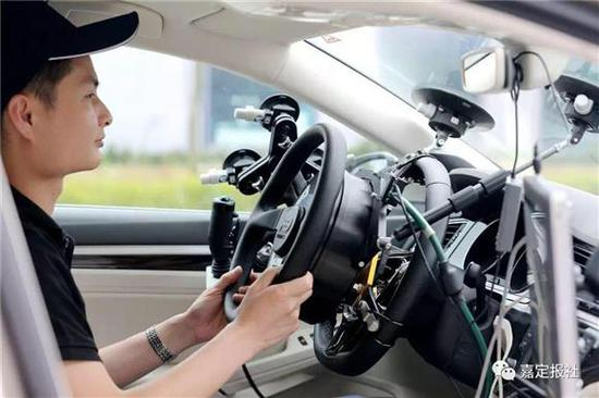 在自动驾驶汽车行驶时,司机偶尔也需要进行人工干预。(资料图)