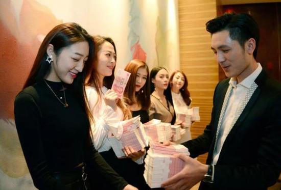 北京一家直播公司为上一年度表现最好的几名女主播办法年终奖,据了解每位主播将得到15-20万的奖励。@视觉中国