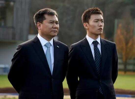 张康阳与父亲张近东在意大利观看国米训练备战
