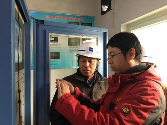图为河北省环境执法人员在邯郸市现场检查河钢集团邯钢公司烟气在线监测数据