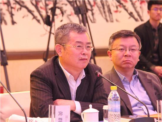 国家金融与发展实验室理事长李扬(左)