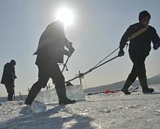 极寒气候下采冰人 日采冰90吨月入过万