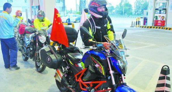 """""""90后""""骑摩托回家过年 整套装备花了近5万元"""