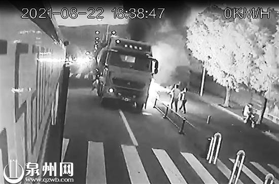 泉州:路遇车辆起火 司乘协力扑救