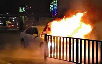 泉州宝马车半路自燃 发出爆炸声