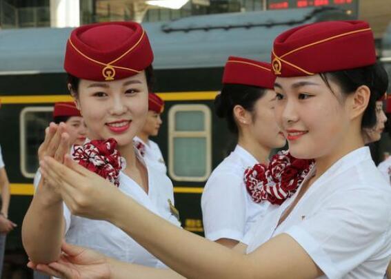 """福州客运段""""高姐""""换新装 为八方宾客服务"""