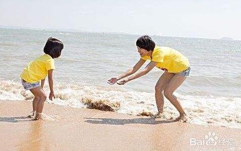 泉州一女童海边游玩不慎落水 过度惊吓面色发白
