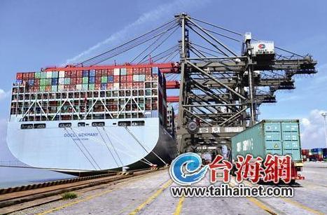全球最大集装箱船靠泊厦门 载21415个标准集装箱