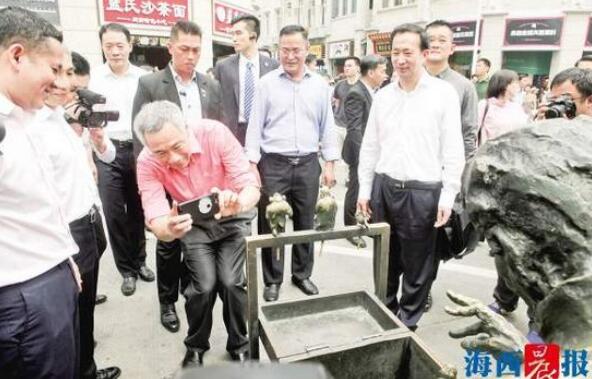新加坡总理李显龙现身厦门中山路 不时拿手机拍照