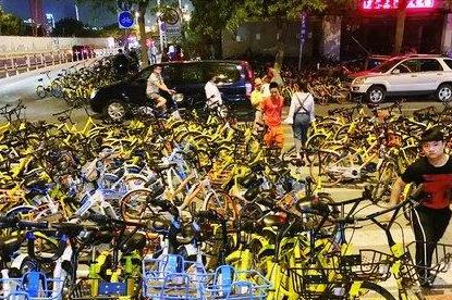 厦门一交叉路口遭数百辆共享单车占领 导致交通拥堵